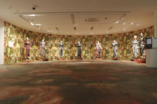 展览现场的薇薇安·威斯特伍德2014-2015年金标秋冬系列走秀《以爱之名拯救雨林》