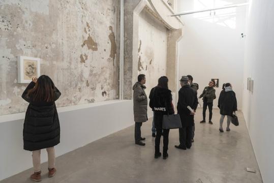 """展厅灯光、地板、墙壁之间的搭配非常统一,但在这个角落还保留了一面斑驳的墙壁,可谓""""破""""与""""立""""的惊喜"""