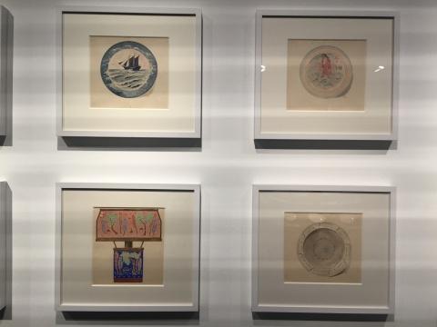 """1940年代,雷圭元采用民间题材、民间材料,为民间创作,一反""""学院派""""的教学,以圆形瓷盘为载体,采用传统纹样、几何纹样与传统素描、水墨淡彩结合的方式,设计了一套""""瓷品装饰"""""""