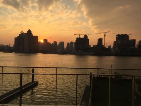 艺仓美术馆外临江而立,图为馆外日落
