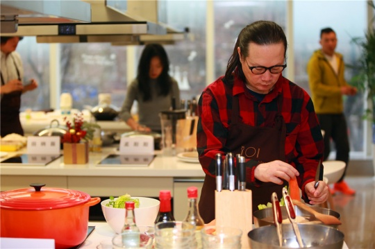 方太生活家艺术现场艺术家张锰在准备食材