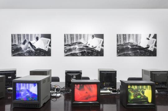 电视机围成一排置于办公桌上,具有会议性质
