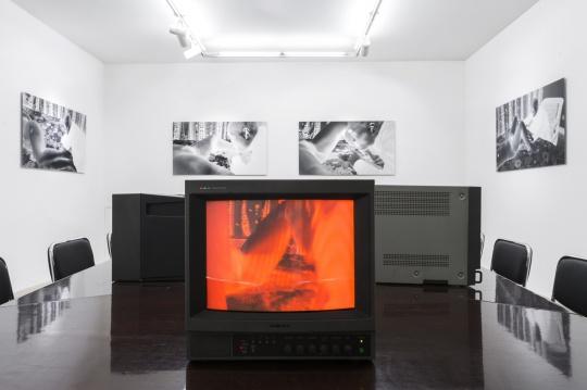 卫星电视外围的墙面上张贴着雎安齐作品的微喷影像