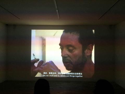展览中展出的一部影像是导演大卫·杜邦在艺术家去世前拍摄的纪录片