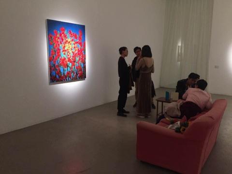 展览现场打破了以往的观展方式,除了墙上那幅色彩明丽的作品,最吸引人眼球的莫过于橘色的欧阳春家的沙发