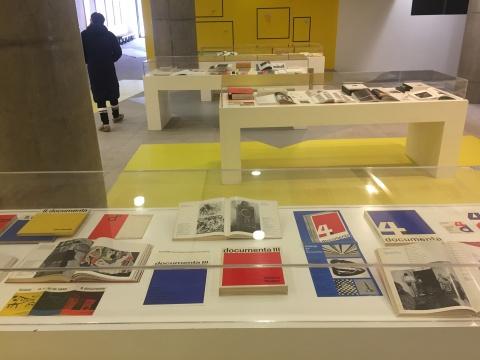 观众与卡塞尔文献展,这部分展示了以往文献展的门票、手册、观众观展的图片