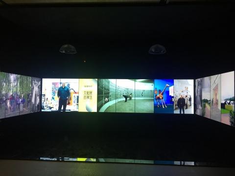展览现场的电子屏幕观众可以亲自触摸,并且历届文献展的资料都可以查阅