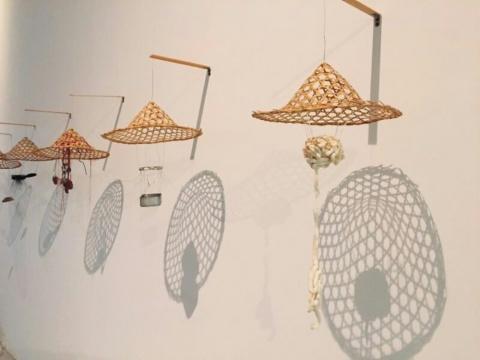 《帽影》多种材质,尺寸可变,2015 以斗笠为主形,在其下放了些不同的物品,这是笼罩在帽影之下的人与物、物与词。
