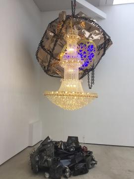 姜波 《德州巴黎-天花板、一大堆》2017  金色的被敲打成球体的天花板和豪华的吊灯