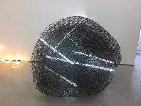 姜波 《德州巴黎-钢丝床垫与日光灯》2016