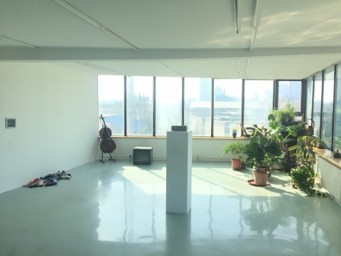 阳光透过窗洒进展览现场,这也是展览的尾声,环境十分呼应夫妻关系缓和的展览篇章