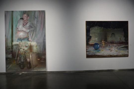 韦嘉的画一方面是对伤害与无助的夸张性表现,一方面则是希望超越现实的心理需求