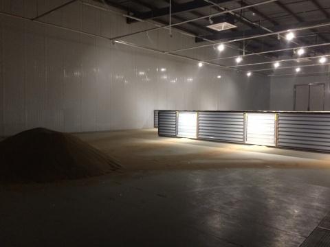 与展览同名的作品《钢砂之潮》利用大型动力装置制造了风沙弥漫的场景