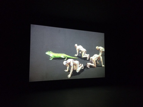 王海洋动画作品《墙上的尘埃》,用孤独、怪异、荒诞、情色、超现实的意象呈现了一个疯狂的影像世界