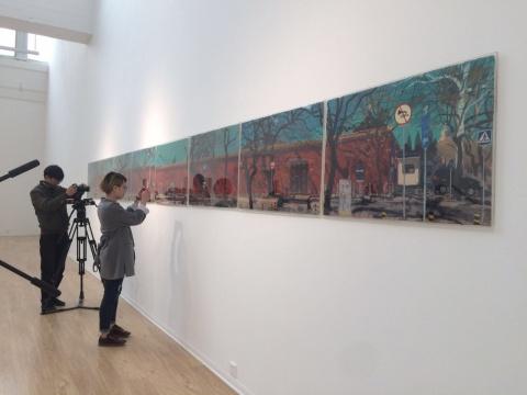 现场展出的《景山西街》是从收藏家刘钢手中借展而来