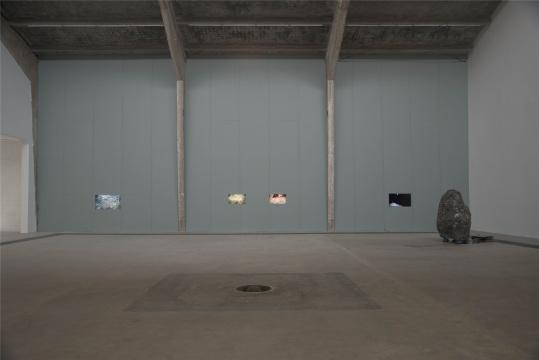 《祁连山08》(2014)由7 个屏幕组成,每个屏幕都播放着庄辉放置于山区各处的小型红外线感应摄像机拍摄的片段,这些摄像机在山中一放就是2 个多月之久,只有周围出现动静的时候才被激活。