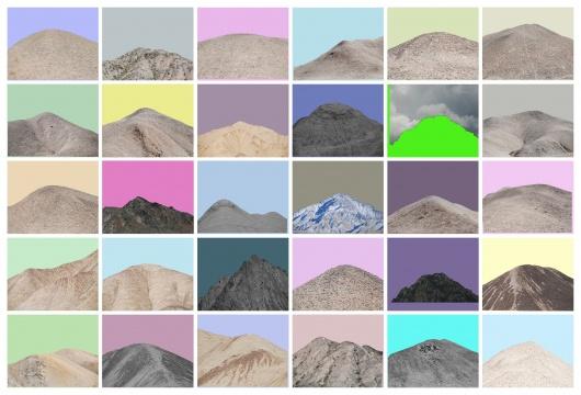 《祁连山—11》(2015),30 张照片中,各种色彩艳丽的单色天空映衬着山顶的轮廓线。