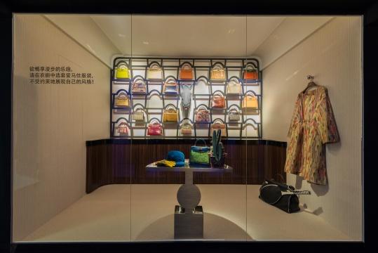 巴黎福宝大道 24 号爱马仕专卖店特别定制橱窗中, 呈现每一位漫步者梦寐以求的神奇衣橱。