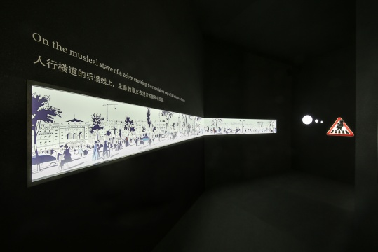 漫步经过与众不同的十字路口,墙上的长幅图画出自爱马仕2015春夏系列丝巾,勾勒出漫步巴黎的旅程中可能会邂逅的各式光景。
