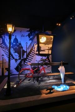 天气是漫步不可或缺的调味剂,爱马仕Le Flâneur d'Hermès系列自行车斜靠在雨后的街角,地板上的小水洼是艺术家尼古拉•图尔特精心设计。