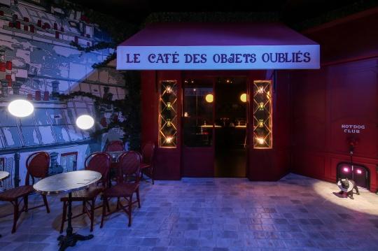 街头的咖啡馆是漫步者雨中最佳的庇护所,被遗忘的零钱包、手镯、吊坠和药盒等旧物,安静地沐浴在斜射的光线中,仿佛静候一场与物主之间的时空对话。