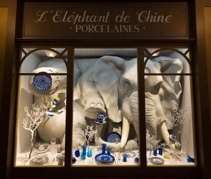 巴黎走廊的瓷器店橱窗里,现实与梦境模糊了彼此的界限,莫非是这只白色大象正在销售那些来自爱马仕当代系列的餐瓷?