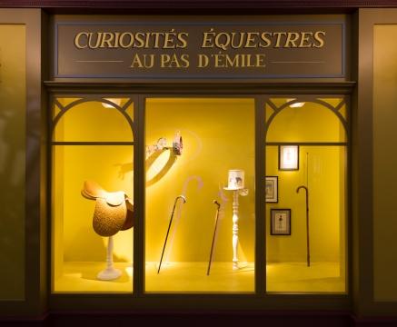 走廊里隐匿着的爱马仕的古董店,橱窗中的陈列品大多来自19世纪,出自埃米尔•爱马仕珍藏馆。