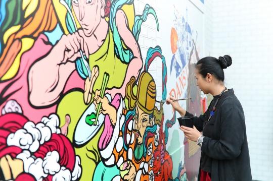 """中国街头艺术家文那以一种幽默诙谐的方式来呈现了巴黎地铁的场景,在东方语境之中阐释""""漫步""""的真谛。"""