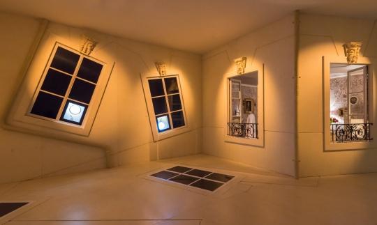 漫步时常常经过敞开的窗户,又忍不住想一探究竟,墙壁上开启的那扇硕大的落地窗户背后就正在发生着神奇的故事。