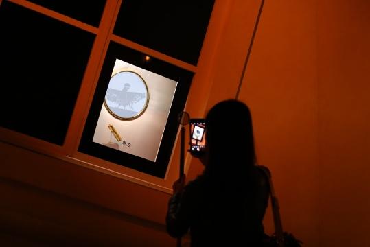 """爱马仕""""奇境漫步""""的开幕之日,观展者纷纷拿出自己的手机记录下眼前的种种""""奇遇""""。"""