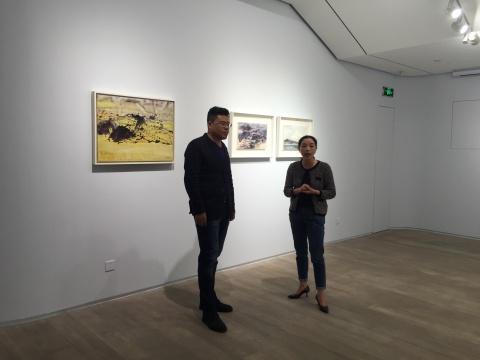 艺术家张宁(左)与策展人唐泽慧在展览现场