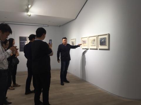 """艺术家张宁在展览现场""""直播"""""""