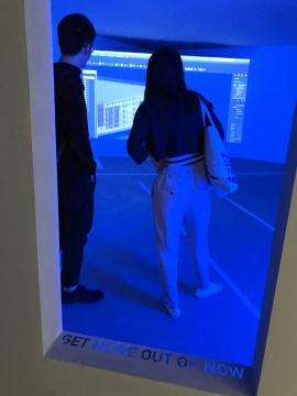 现场被特意布置为一个带有科幻感的盒子空间