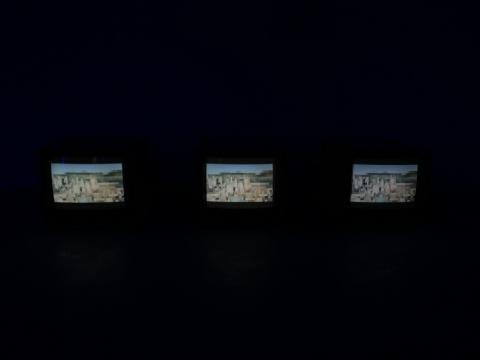 """另外2件作品则为主屏幕的辅助,打造了一个较为现实的城市空间和一个更为虚拟的""""空间"""""""