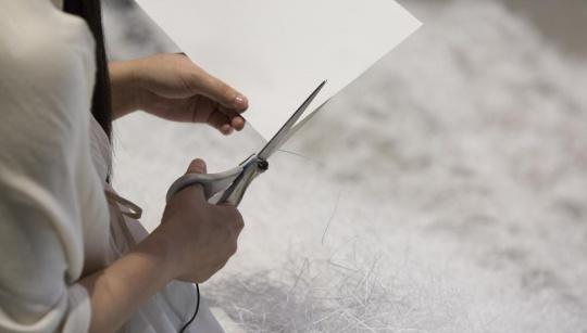 阿部幸子 《剪纸》现场行为细节(图片提供:PSA)