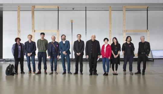 部分参展艺术家与上海当代艺术博物馆馆长龚彦(右4)及策展人理查德·卡斯特里(右5)在开幕式上合影留念(图片提供:PSA)