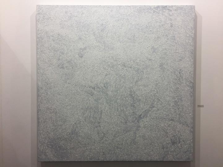 白石画廊本届参展的最贵作品:草间弥生《无限的网》,价格为250万美元