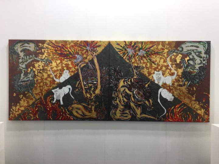白石画廊带来的两张日本铜版画家小松美羽(MIWA KOMATSU)的作品,每张价格为3.36万美元;2015年小松美羽的作品被大英博物馆收藏,因此她的作品在市场的价格也有明显提升      在全世界多个国家和城市拥有空间的Opera画廊,主打国际明星艺术家的作品:大尺幅的草间弥生、博特罗、杰夫·昆斯的小雕塑,法国著名摄影师Gerard Rancinan的两张摄影作品在开幕当晚也顺利成交。以下为Opera画廊的作品: