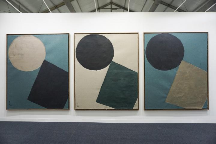 """截至采访前,仁庐画廊另外三件余友涵的作品虽还未成交,但已得到很多人询价,画廊表示希望""""三件能作为一个系列一同出售""""      台北的蓝骑士艺术空间是唯一代理瑞士艺术家Marck的亚洲画廊——2016年的ART 021开幕不久,蓝骑士艺术空间带去的Marck的录像装置便已售罄。此次三度参展的蓝骑士艺术空间也拥有60平方米的大展位,他们带去了两件Marck的录像装置作品,每件售价2.5万美元,也是本次蓝骑士带来的最贵的作品。"""