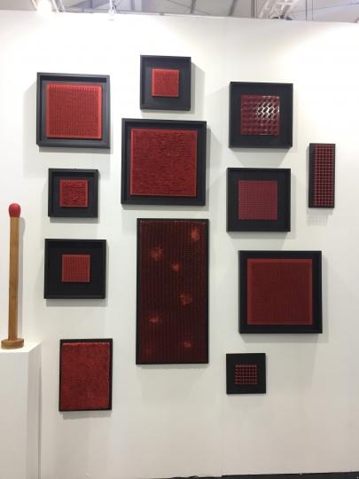 另外一位名为Bernard Aubertin的艺术家的作品已经出售了4件,这是该艺术家的作品首次进入中国      本届Art Central上新媒体艺术的数量颇多。来自澳洲的MARS画廊,本届艺博会带来的均为灯光和机械制动装置。MARS艺术馆馆长安迪·迪荷女士首次来到香港,并对Art Central的氛围大为赞赏。