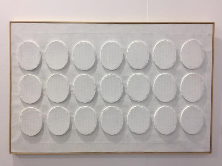 另外DE BUCK GALLERY带去的最贵的作品为生于上世纪60年代的意大利艺术家Turi Simeti的白色卡纸丙烯的作品,售价25万美元,得到了相当的关注度