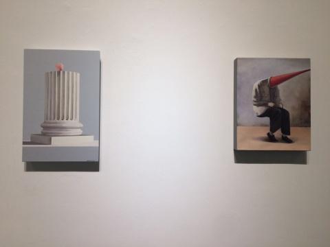 90后郑梓程的两件小尺幅作品《扰乱人心的缪斯》与《正确坐姿》