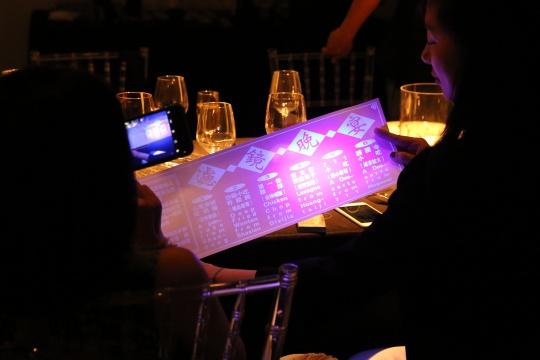 用紫光灯看到的真实菜单将食客们拉回现实世界
