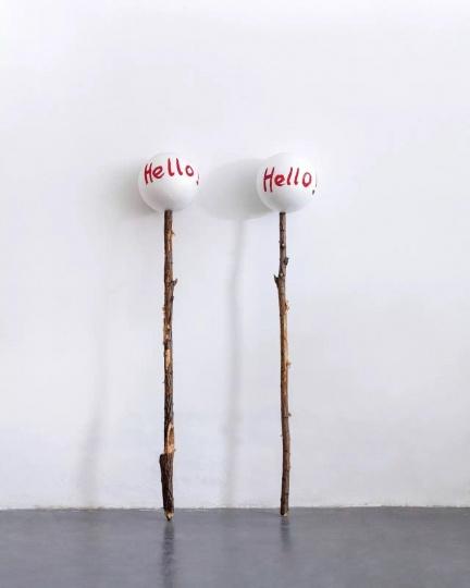 杨心广 《Hello》180×30 cm ; 175×30 cm木头、聚苯乙烯球 2012