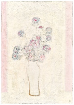 "Lot 133 常玉 《白瓶粉红菊》 1931年作 油彩画布 100×70.6cm  估价:HKD 40,000,000 - 60,000,000      纵观常玉一生的创作,静物主题横跨近四十年,其中尤以瓶菊为其最钟爱而反复描绘的题材。《白瓶粉红菊》罕见的注明了年代,这幅作品曾于伊凡·维纳夫人与其家族的珍藏中超过七十年。位于画面中间的瓶花打破了现实的三维空间,常玉将西方静物画的空间感与中国传统美学相结合,形成了""留白""概念的转折与变化。"