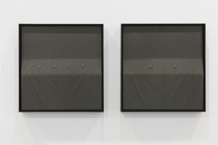 杭春晖《黑珍珠 No.2》(右) 41x39.5cm 纸本水墨设色 、木刻浮雕 2017