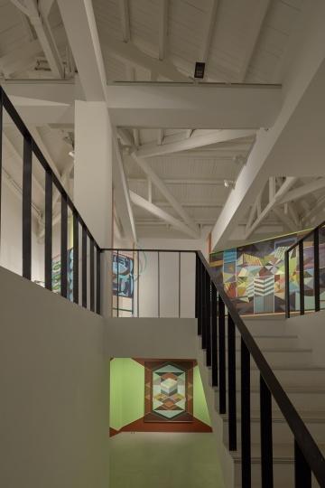 从阿拉里奥画廊二、三楼之间望过去,不同空间中的绘画和空间结构本身也形成有趣的关系