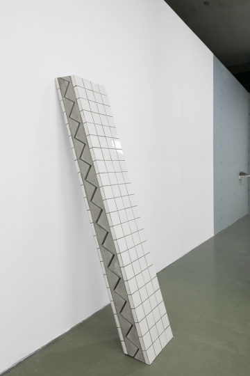 张如怡《缓慢的静止》40×20.5×221cm 混凝土、铁丝及瓷砖 2016