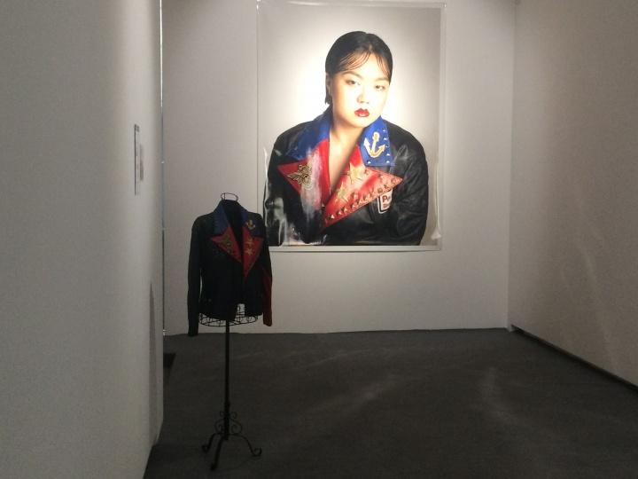 艺术家复制了照片中陌生女人的服饰和妆容,并模仿陌生女人的神态拍下照片