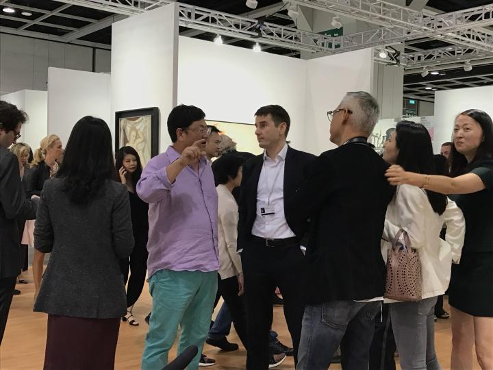 VIP观展日,国际大画廊展位上拥挤的人潮